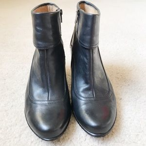 EUC SOFFT Black Leather Ankle Boots Size 8M